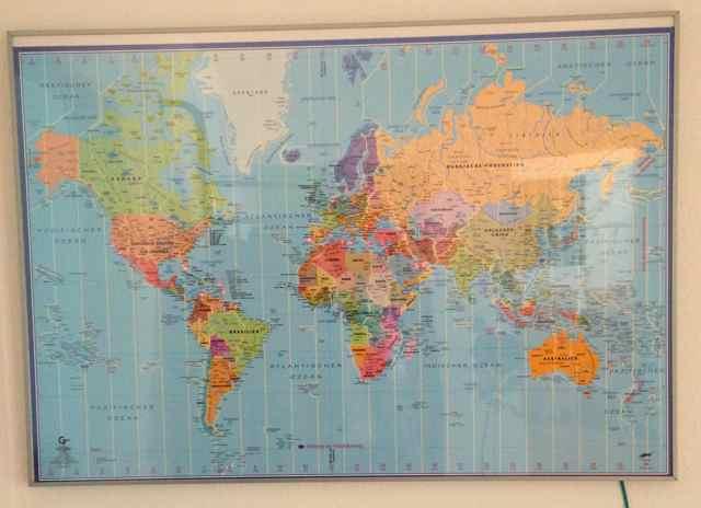 Die Weltkarte in einem Bilderrahmen
