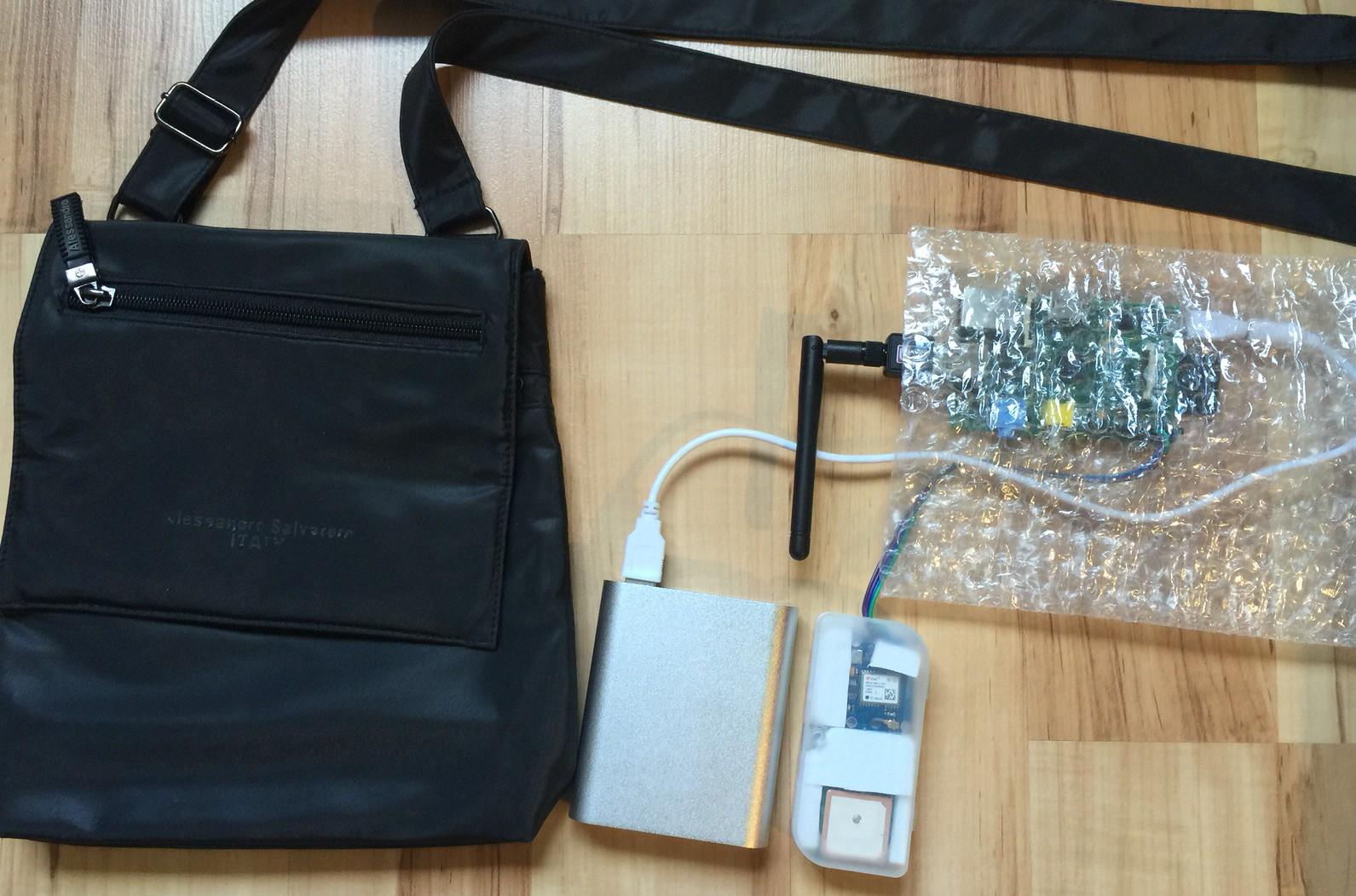 Wardrive (walk) Ausrüstung von links nach rechts: Tasche, Accu, GPS Empfänger mit Antenne im Gehäuse von einem alten USB-Stick, Raspberry Pi in Balsenfolie als Verpackung inkl. WLAN Antenne